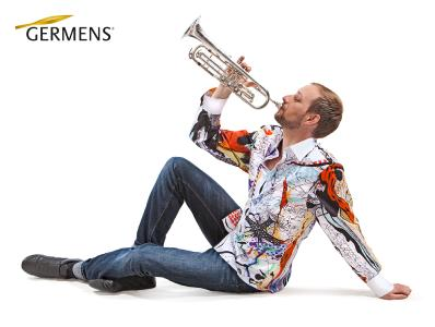 Musiker Martin Schmitt im GERMENS-hemd No. 015 vom Künstler Gregor-T. Kozik