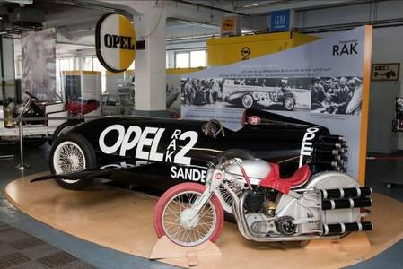 Opel auf der 24. Techno Classica: Ein Schwerpunkt des diesjährigen Opel-Auftritts ist die spektakuläre Raketentechnik, bei der Opel Pionierarbeit geleistet hat. Zu sehen ist der RAK 2, mit dem Fritz von Opel, Enkel des Firmengründers Adam Opel, am 23. Mai 1928 vor 3.000 geladenen Zuschauern auf der Berliner AVUS zu einer weltweit beachteten Rekordfahrt startete