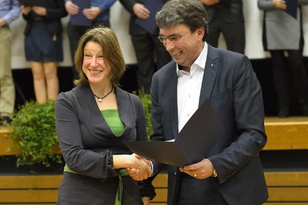 Pascale Schulte erhält ihre Abschlussurkunde von Studiendekan Prof. Martin Thieme-Hack (Fotos: Angelika Fey )