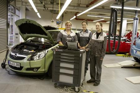Lena Meyer-Landrut nutzte einen Aufenthalt in Rüsselsheim um dem Opel-Ausbildungszentrum einen Besuch abzustatten. Dazu gehörte auch die Simulation einer Wartungsdiagnose mit Andrea Stappert (links) und Luise Jehn