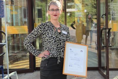 Stolz präsentiert Qualitätsmanagerin Saskia Heister die Zertifikats-Urkunde. Foto: Sabine Galle-Schäfer/Vogelsbergkreis