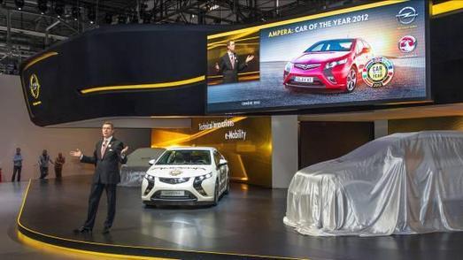 Weltpremiere eines Sportlers: Der elektrische Ampera steht im Mittelpunkt des Opel-Unternehmensauftritts beim Genfer Automobilsalon. Vorstandsvorsitzender Karl-Friedrich Stracke freute sich über den Titel 'Auto des Jahres 2012' und präsentierte das Fahrzeug zur Eröffnungs-Pressekonferenz