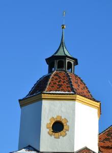 Von der Dacheindeckung bis zur Turmspitze ist eine fachregelkonforme Restaurierung gelungen, die auch die strengen Vorgaben des Denkmalschutzes erfüllt.