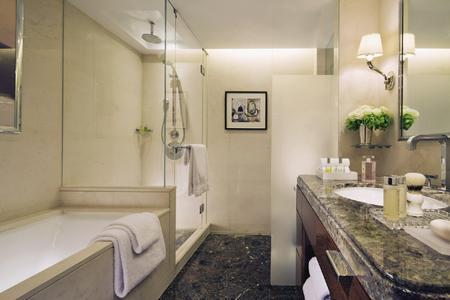 Verbindet britische Raffinesse und zeitlose Eleganz: Das neue Fünf-Sterne-Hotel Four Seasons in der Londoner Park Lane zählt zu den Highlights der Britischen Hotelszene. Bei der Ausstattung der Bäder entschieden sich die Planer für die Badkollektion Axor Citterio von Axor, der Designermarke der Hansgrohe AG (Design: Antonio Citterio). Die Armaturen mit den markanten Kreuzgriffen und den brillanten Oberflächen fügen sich harmonisch in das hochwertige Badambiente des Luxushotels ein