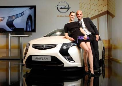 Model Miriam Mack und Modelagent Amin Peyman waren unter den Gästen des von Opel veranstalteten erst eMobility Live Talks in Berlin. Strategien und Technologien von Opel auf dem Weg zu einer emissionsfreien Mobilität standen dort zur Diskussion