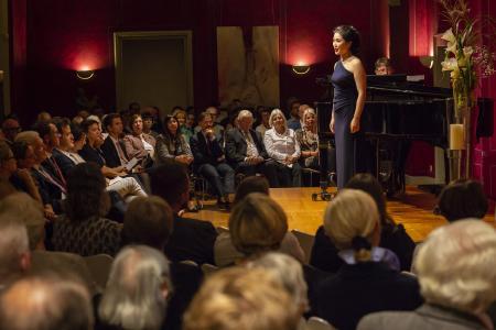 Stimmungsvolle Atmosphäre im Roten Saal des Deutschordensschlosses beim DEBUT Liederabend 2018. (c) DEBUT concerts GmbH / Ludwig Olah