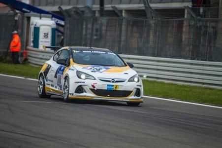 Die traditionellen Opel-Rennsportfarben Weiß-Gelb. Hier: Team Kissling Motorsport mit der Startnummer 110 / © GM Company