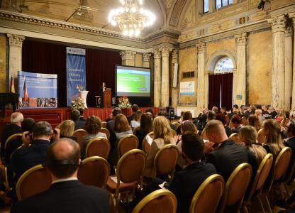 160 Wirtschaftsexperten diskutierten bei den 11. Marienbader Gesprächen auf Einladung der Handwerkskammer Niederbayern-Oberpfalz über die grenzüberschreitende Zusammenarbeit bei Arbeit und Ausbildung. Foto: obx-news/Handwerkskammer