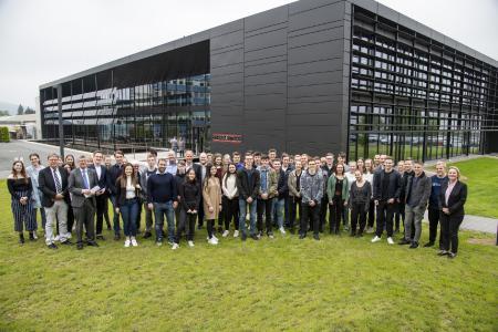 50 Schüler der Gymnasien in Holzminden und Höxter waren der Einladung von Stiebel Eltron zum #TalkForFuture gefolgt, um mit Bundestagsabgeordneten zum Thema Klimawandel zu diskutieren