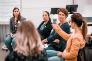 """Diskussion im Themenforum 3 """"Den Studienstart erfolgreich meistern – Qualitätsaspekte eines studentischen Mentoring-Programms zur Unterstützung nichttraditioneller Zielgruppen"""". (Foto: Hochschule Osnabrück / Julius Gervens)"""