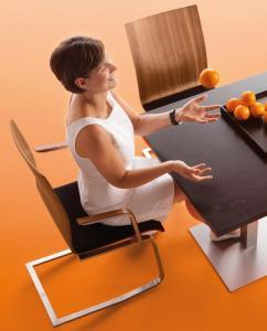 Der Esstisch gilt als zentraler Ort im Familiengeschehen. Damit alle rückenfreundlich daran sitzen können, sollten die Essstühle nicht nur bequem und komfortabel, sondern auch ergonomisch sein. / Bild: moizi/ AGR