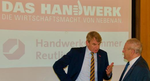 Präsident Harald Herrmann (links) im Gespräch mit Ehrenpräsident Günther Hecht (rechts) bei der Vollversammlung der Handwerkskammer Reutlingen