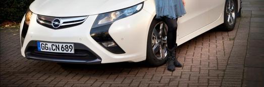 """Die Sängerin und Opel-Markenbotschafterin Katie Melua startet morgen in Dresden ihre Europa Tournee """"The House"""". Die Tour wird die Künstlerin durch insgesamt 51 Städte Europas führen, in Deutschland macht sie neunmal Station. Der elektrische Opel Ampera, der gerade auf dem Genfer Automobilsalon seine Weltpremiere in der Serienversion feiert, begleitet Katie Melua auf ihrer Tour"""