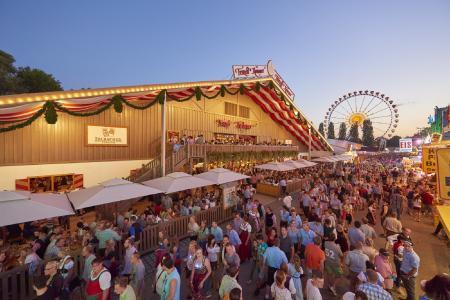 Bis zu 1,4 Millionen Besucher erwarten die Veranstalter auch 2017 zum Straubinger Gäubodenvolksfest, Bayerns zweitgrößtem Volksfest — in diesem Jahr vom 11. bis 21. August. Foto: Fotowerbung Bernhard