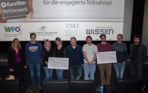 Sonja Ende, Geschäftsführerin der Wirtschaftsförderung Osnabrück (links) und Prof. Dr. Karsten Morisse (rechts) gratulierten in der Filmpassage Osnabrück den Siegergruppen des Karriere-Clip-Awards