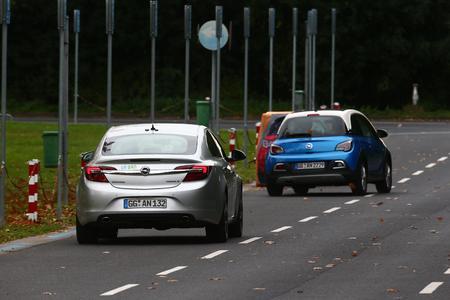 Forschungsprojekt UR:BAN  - Ausweichmanöver: Der Opel Insignia erkennt das plötzlich auftauchende Hindernis und leitet mit aktivem Brems- und Lenkeingriff das sichere Umfahren ein © GM Company