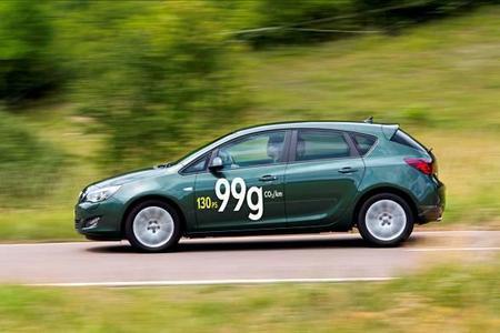 Der neue Astra ecoFLEX-Fünftürer verbraucht nur 3,7 Liter Diesel auf 100 Kilometer, sein CO2-Ausstoß von lediglich 99 Gramm pro Kilometer macht ihn zum sparsamsten und umweltfreundlichsten Opel Astra aller Zeiten
