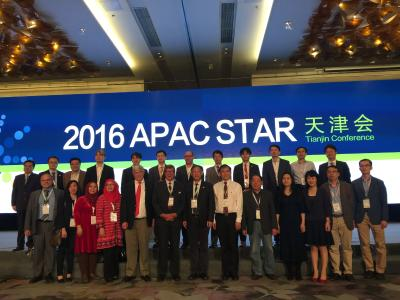 Prof. Tomandl (erste Reihe ganz links) in Tianjin( China) mit beim von dem ehemaligen Vorsitzenden des Nobellpreiskommitees Prof. Hans Ringertz (6.v.li) organisierten STAR-Treffen, bei dem junge Radiologen von internationalen Spezialisten unterrichtet werden