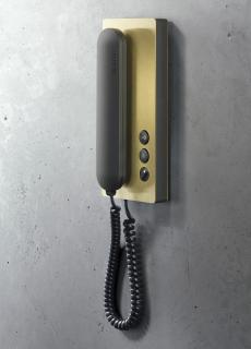 Hauchdünne Beschichtung, brillante Farbqualität: das Siedle-Haustelefon mit PVD-Beschichtung Messing © S. Siedle & Söhne