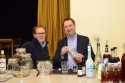 Bernd Duncker präsentiert mit Dörte Kebbel den Flaschenpost-Cocktail für die Grüne Woche 2020©Tourismus-Service-Friedrichskoog