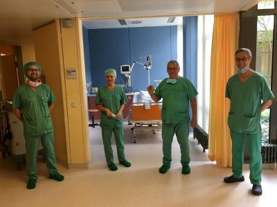 Auf dem Photo das stolze OP Team, v.l.n.r.: Daniel Höllige, Ludmilla Massold, PD Dr. Bert Hansky, Prof. Dr. Christoph Stellbrink.