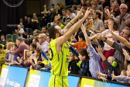 Nach dem Sieg gegen die Crailsheim Merlins jubelte Mannschaftskapitän Bastian Doreth mit dem Publikum um die Wette