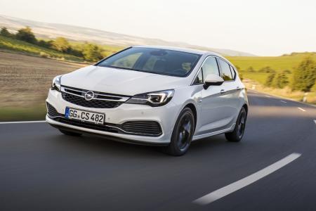 Mehr Komfort, weniger Stress: Der adaptive Geschwindigkeitsregler der jüngsten Generation hält automatisch den vorbestimmten Abstand zwischen dem Opel Astra und dem vorausfahrendem Fahrzeug