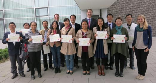 Die zwölf chinesischen Professorinnen und Professoren der Universität Hefei halten stolz die Abschlusszertifikate der fünftägigen Weiterbildung in den Händen
