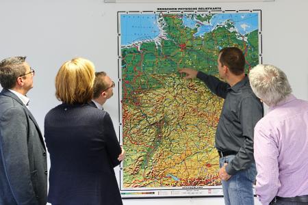 """Der Aktionsradius der Firma erstreckt sich großzügig über die Mitte Deutschlands: """"Jeder weiße Markierungspunkt ist eine unserer Anfahrstationen"""", erklärt Sascha Zarges-Graf"""