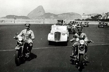 Mit Motorradeskorte in die Stadt: Der Opel Olympia feiert nach der Landung in Rio de Janeiro einen wahren Triumphzug