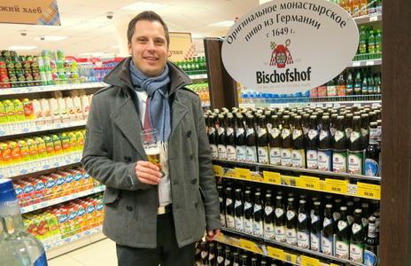 """Bischofshof im sibirischen Supermarktregal. Das Foto stammt aus dem Dezember 2013. Damals kostete eine Flasche """"Originales Klosterbier aus Deutschland"""" - das steht auf der ovalen Werbetafel - 110 Rubel. Das waren damals umgerechnet etwas mehr als zwei Euro. Foto: obx-news/Bischofshof"""