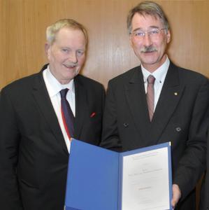 Die Auszeichnung erhielt Roderich Hillmann (rechts) von Wennemar Gerbens, Vorsitzender der FGSV (Bild: BASt)