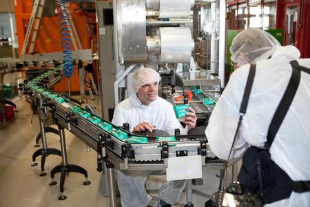 Dr. Christian Schleicher, GF BBG, an der Verpackungsstrecke
