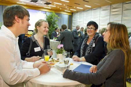 Im Mittelpunkt des Abends standen die Gespräche, hier Andrea Henning von ZF Friedrichshafen (2.von re.) mit Stipendiaten