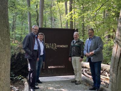 Besichtigung der Waldpromenade im Nationalpark Hainich von (v.l.) Dr. Franz Hofmann, Martin Fromm, Rüdiger Biehl und Reginald Hanke