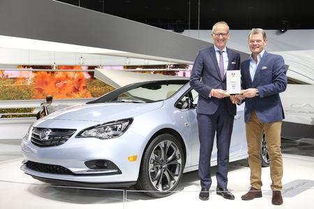 Stars in Detroit: Opel-Chef Dr. Karl-Thomas Neumann (links) bekommt vor dem neuen Buick Cascada den Connected Car Award von Tomas Hirschberger, Stellvertretender Chefredakteur bei Auto Bild © GM Company