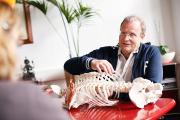 Kleinste Instrumente im Kampf gegen den Rückenschmerz / Fotocredits: Grönemeyer Institut