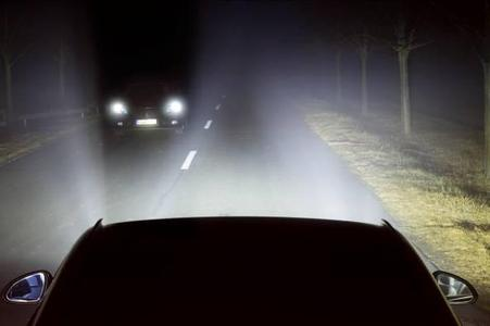 Das Matrix-Licht arbeitet im Zusammenspiel mit der Opel Frontkamera. Sobald die Sensoren der Frontkamera entgegenkommende oder vorausfahrende Fahrzeuge erkennen, werden diese automatisch ausgeblendet, während das Umfeld mit Fernlicht hell erleuchtet bleibt.