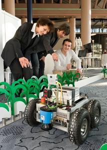 """Welche Informationen liefern die einzelnen Sensoren des Roboters """"Zero2Nine"""" und wie werden diese verarbeitet? Andreas Linz und Efrem Gneiding im Gespräch mit einer Teilnehmerin der Wissenswerte (Fotograph Jan Rathke, Rechte bei der Wirtschaftsförderung Bremen)"""