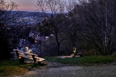 Licht für Lieblingsorte: Roxxane Leggera CL ist leicht und kann an einem Griff auch mit nach draußen genommen werden. Die kabellose Leuchte von Nimus hat viele Liebhaber, die sich nun über die neuen Farben Rubinrot und Grapitgrau freuen dürfen Foto: Jürgen Pollak