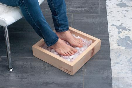 BarfussBox live. So schaut entspannen aus. Schuhe aus und die Füsse auf die Kristalle legen. Bild: Oliver Traxel-Heyer