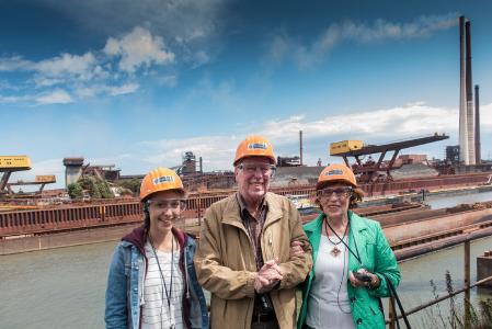 Ein Mitglied des Stammtisches und seine Familie bei einer thyssenkrupp-Werksbesichtigung. Bildnachweis: Rainer Kaysers, thyssenkrupp Steel
