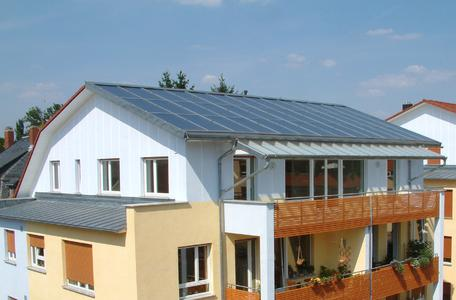 Mit Speichersystemen kann die Sonnenkraft nicht nur tagsüber genutzt werden.
