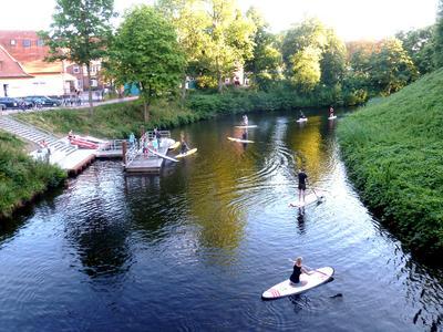 Stand-up-paddling auf dem Burggraben in Stade (Fotograf: Frank Tinnemeyer)