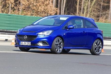 Meisterliche Ausfahrt: Die Teilnehmer des Opel Performance Trainings durften sich von Rennsportlegende Joachim Winkelhock im neuen Corsa OPC chauffieren lassen. Foto: Adam Opel AG