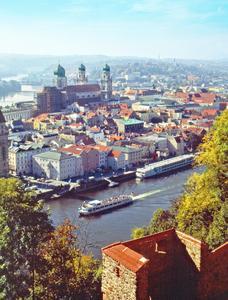 """Die Dreiflüsse-Stadt Passau, für viele ihrer Fans auch die """"nördlichste Stadt Italiens"""", verbuchte 2014 die höchsten Zuwachsraten bei den Gästeankünften im Vergleich zu allen anderen ostbayerischen Städten. Foto: obx-news/TVO"""