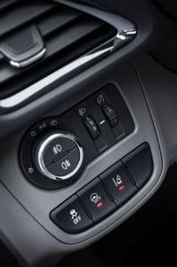 Auf Knopfdruck: Im City-Modus (Schalter in der Mitte) lässt sich der neue Opel KARL spielerisch leicht rangieren und einparken, © GM Company