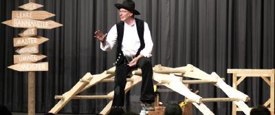 Zimmermeister Richard Betz führt sein Theaterstück
