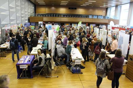 Großer Andrang beim Praxismarkt Soziale Arbeit: Über 90 Einrichtungen und Institutionen präsentieren sich den Studierenden der Hochschule Osnabrück als potentielle Arbeitgeber