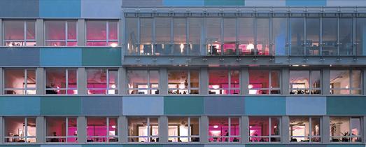 Zum Statistischen Bundesamt gehören am Hauptsitz in Wiesbaden fünf Gebäude. Im Blickpunkt des öffentlichen Interesses steht vor allem das 1952 von Regierungsbau-meister Paul Schaeffer-Heyrothsberge geplante Hochhaus